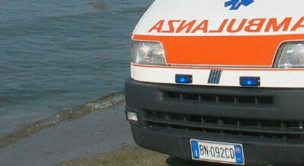 Tragedia in spiaggia: turista fulminato da un malore mentre passeggia