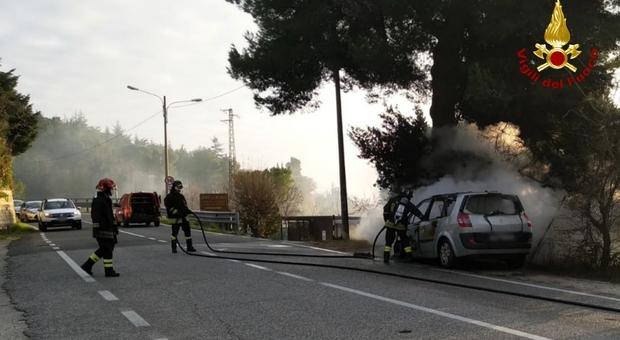 Ancona, vede uscire fumo dal cofano, accosta e scende: auto distrutta dalle fiamme