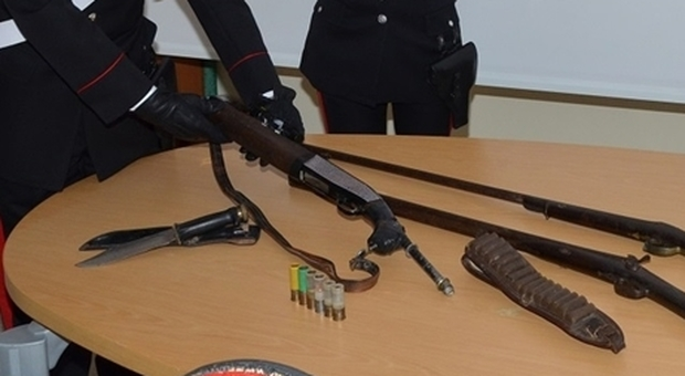 Fucile a canne mozze senza matricola, arsenale e cartelli stradali in casa: è giallo ad Ascoli