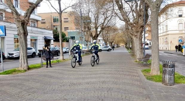 Gli agenti della Polizia locale con le bici elettriche