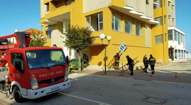 I vigili del fuoco davanti all'ex hotel Europa dopo il crollo di lastre di vetro