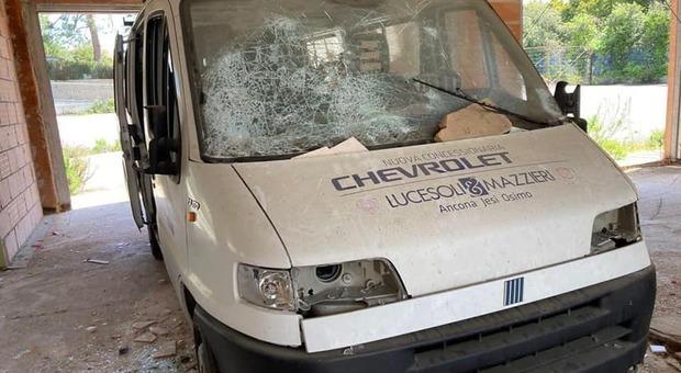 Il pulmino dell'Atletica Osimo devastato dai vandali