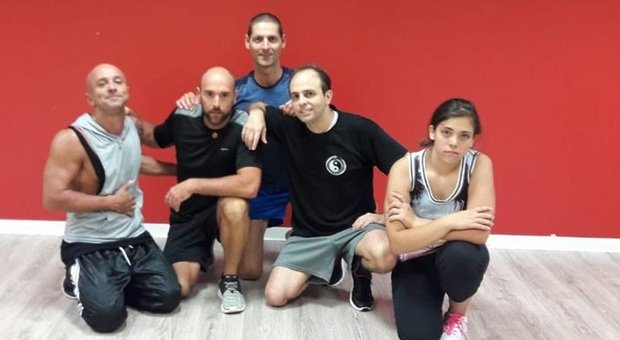 Il titolare della palestra di San Biagio di Osimo Luca Scavuzzo, i due coach Matteo Manini e Giorgio Mariscoli e due allievi