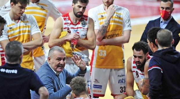 Il coach Jasmin Repesa e i giocatori della Carpegna Prosciutto durante un time out