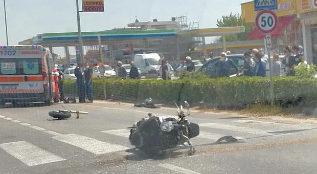 La motocicletta sulla statale Adriatica a Ponte Sasso dopo l'urto