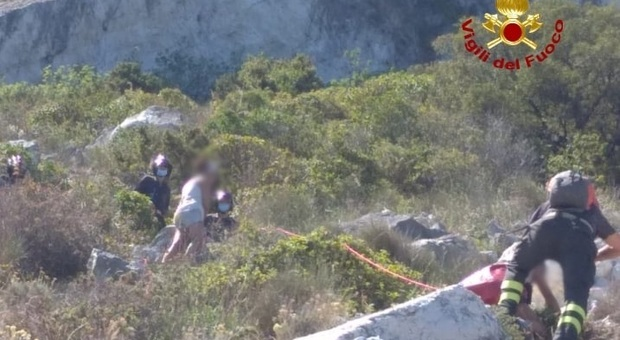Ancona, la passeggiata sul Conero rischia di finire in tragedia: salvata dopo un'ora in bilico sul costone
