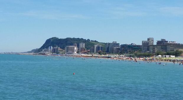 Lo skyline di Pesaro con spiaggia e alberghi in primo piano