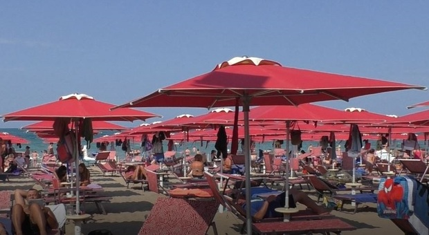 La spiaggia di Pesaro: piena e distanziata