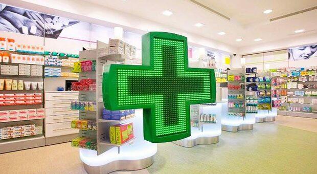 Nelle farmacie adesso è corsa a prenotare i vaccini e scaricare il Green pass: ecco la situazione