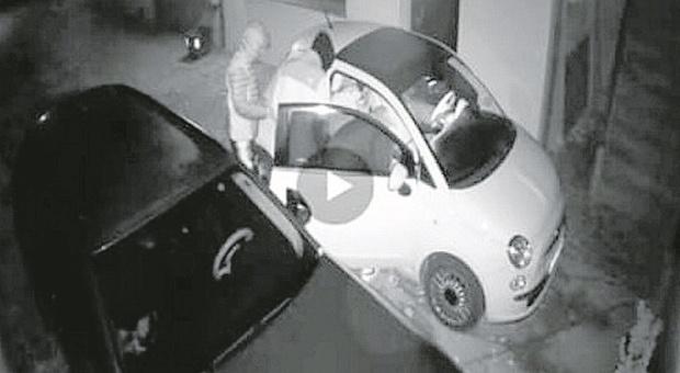 Se ne infischiano del coprifuoco e frugano nelle auto in sosta: inchiodati dalle videocamere