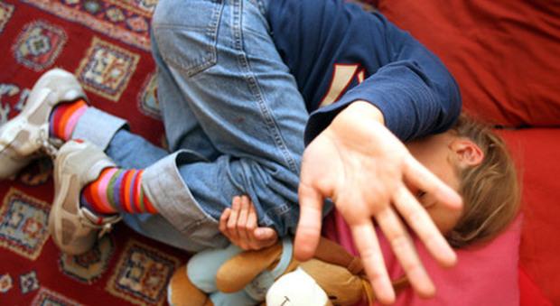 Papà abusa della figlia di 4 anni, la moglie lo scopre e lo fa arrestare