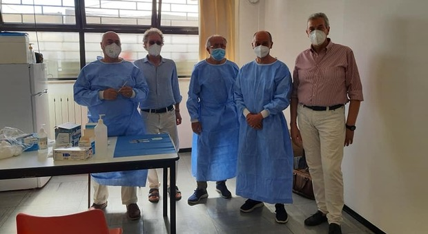 Gli operatori del centro vaccinale insieme al sindaco Bravi
