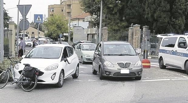 Imbocca la rotatoria in contromano, urta un'auto, si infuria e rifiuta l'etilometro: rischia la denuncia