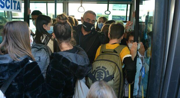 Studenti a bordo di un autobus