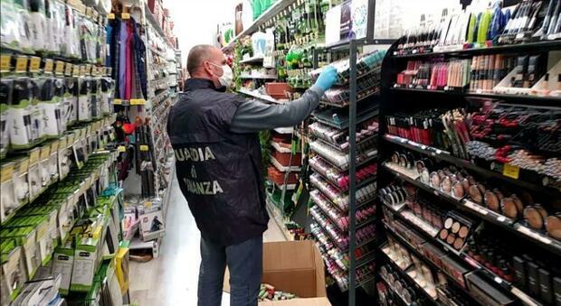 Macerata, i prodotti non sono sicuri: la Finanza ne sequestra quasi un milione nel negozio cinese