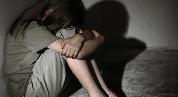 Abusi sulla figlia della compagna, la bimba di 6 anni doveva fare l'attrice porno: chiesti 14 anni