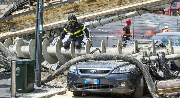 Milano, trivella alta oltre 10 metri precipita e si schianta contro un palazzo: nessun ferito