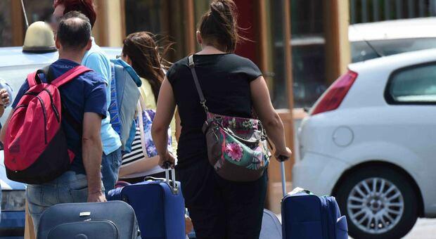 Variante Delta, boom di casi in vacanza. Allerta della Farnesina: viaggi all'estero rischiosi