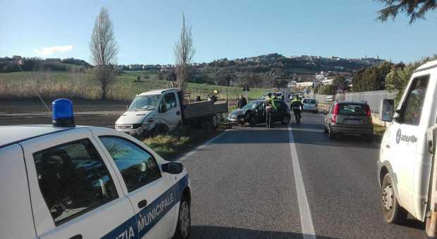 Frontale tra auto e furgone, il traffico in tilt: San Biagio annaspa in attesa della variante