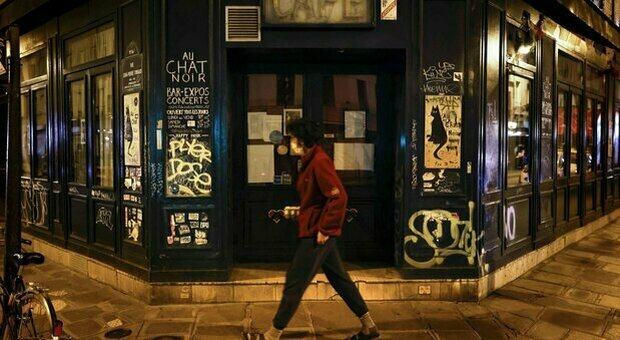 Il Cts francese prevede un Natale in tono minore dopo il lockdown: «Pccoli gruppi e coprifuoco»