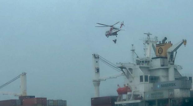L intervento dell'elicottero della Guardia Costiera