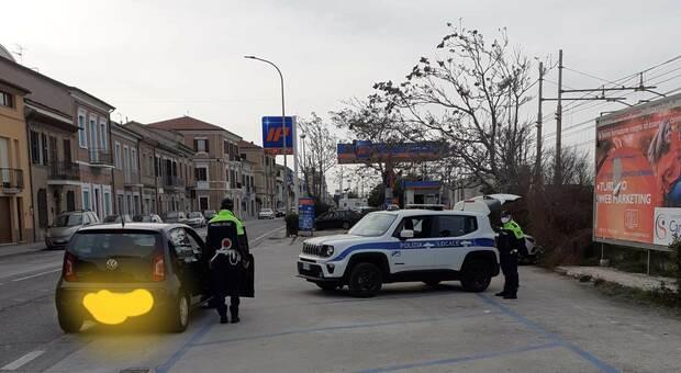 Regole della zona rossa non rispettate: multata anche una prostituta seduta ai bordi della strada alle 11 del mattino