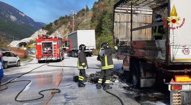 Fabriano, autocarro prende fuoco: momenti di terrore sulla statale 76