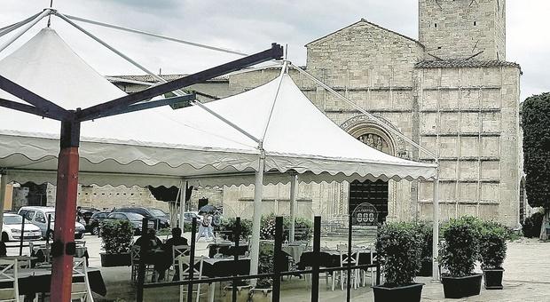 Ascoli, dehors e gazebo per la ripartenza: «Monumenti e chiese assediati da tavolini e bicchieri, serve un limite»