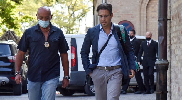 A destra il medico legale Roberto Scendoni all'arrivo all'obitorio