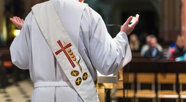 Un prete durante l'omelia, foto tratta dal Web