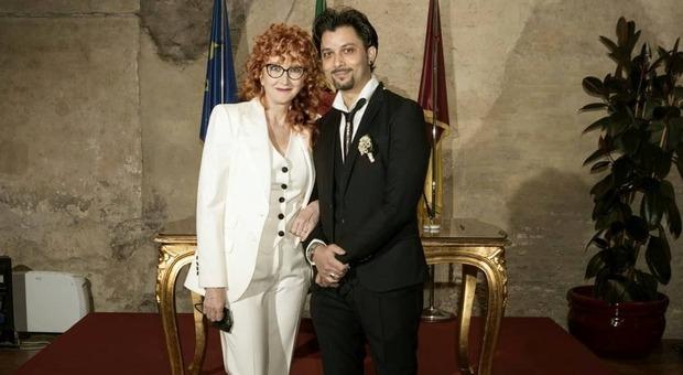 Fiorella Mannoia si è sposata con Carlo Di Francesco. I fan notano un dettaglio: «Che tocco fashion...»