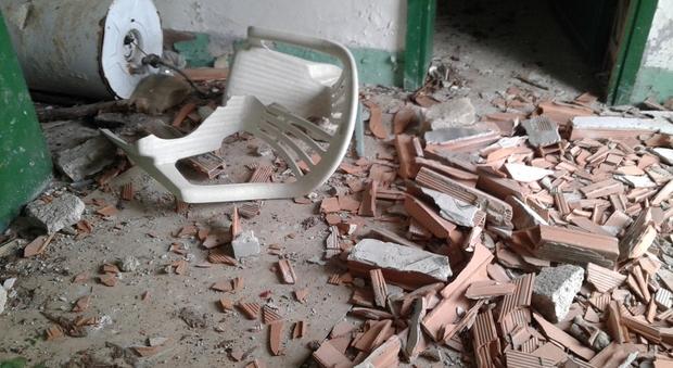Vandali ancora in azione devastati i locali sotto le mura for Scaldabagno di plastica