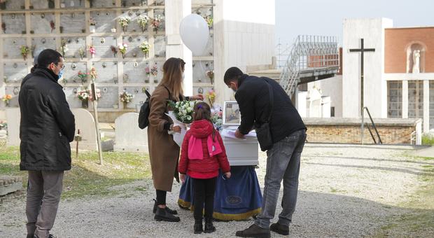 La sorellina e il babbo della piccola Jennifer durante il rito funebre