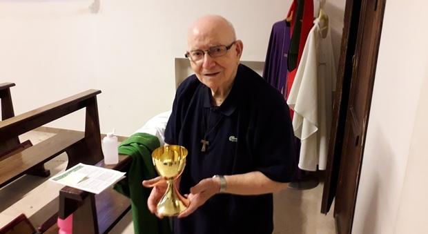 Il priore, padre Giancarlo Mandolini, con il nuovo calice in mano