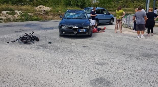 Si schianta contro un'auto, sfonda il parabrezza e vola a terra: ciclista soccorso dall'eliambulanza