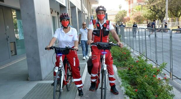 Volontari della Croce Rossa in bici