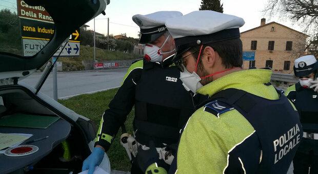 Una pattuglia della polizia locale durante un controllo
