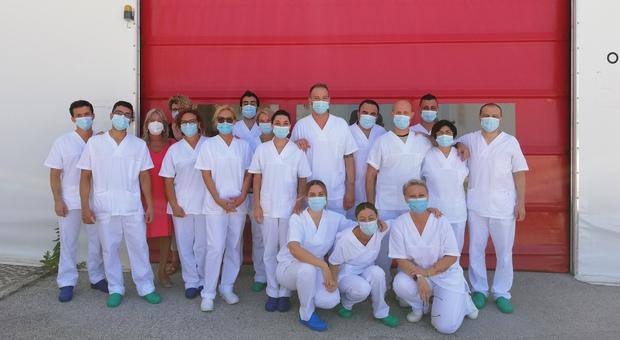 Il gruppo del personale in servizio ieri al Covid Hospital di Civitanova