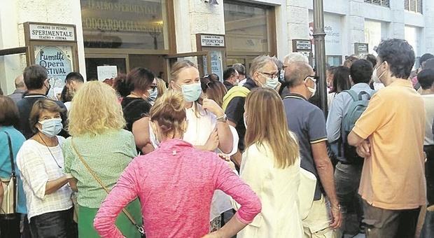 Rossini chiuso per lavori, stagione allo Sperimentale: gente in fila dall'alba per gli abbonamenti