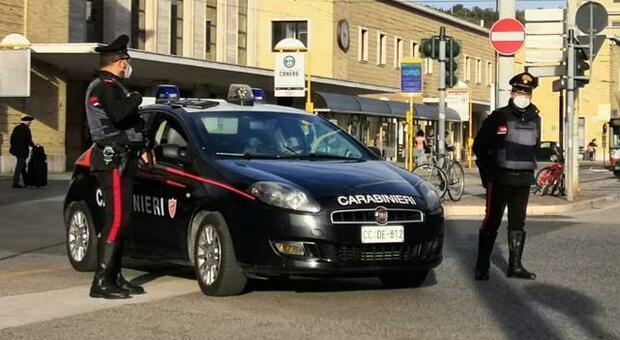 Nessuno ha la mascherina, fuggi fuggi all'arrivo dei carabinieri: barista multata, locale chiuso 5 giorni