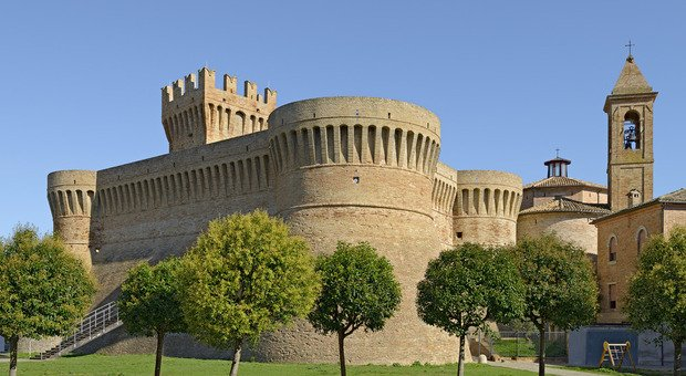 Urbisaglia con la Rocca in primo piano, in provincia di Macerata