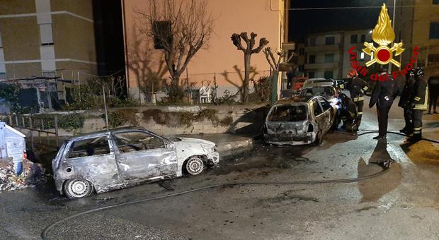 Tre auto divorate nella notte, intervengono i vigili del fuoco