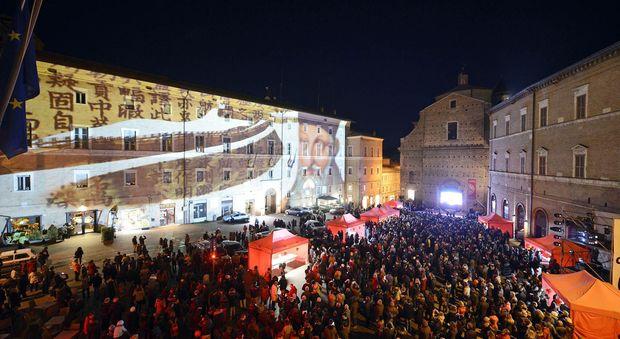 Un momento della festa in piazza a Macerata