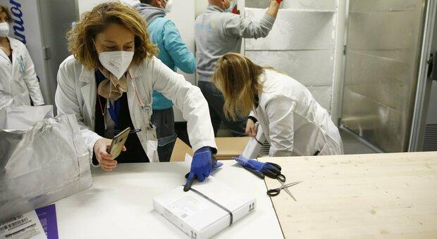 Più vaccinazioni a Pasqua per la fascia dai 70 agli 80 anni. E Poste Italiane consegna 32mila dosi di AstraZeneca