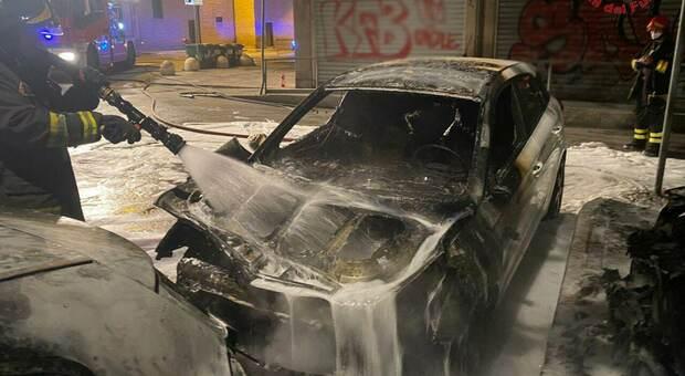 Lo spegnimento di una delle auto a fuoco