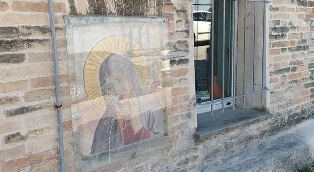Baby vandali, raid sacrilego contro un dipinto. L'artista Governatori: «Qui servono le telecamere»