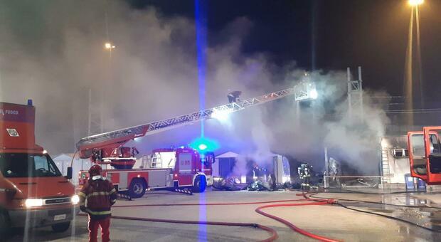 Fiamme nella notte a Marina Dorica, bruciano quattro box vicino ai binari. L'allarme dato da un vigilante