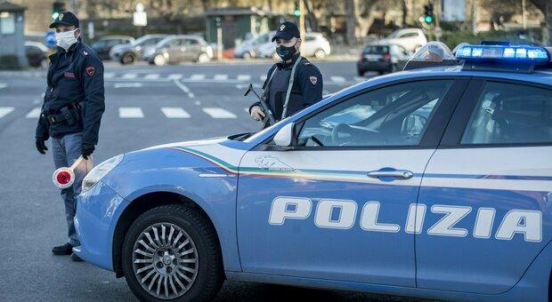 Fano, ubriaco senza mascherina si diverte a tossire addosso ai clienti del supermercato: arrestato, sarà espulso
