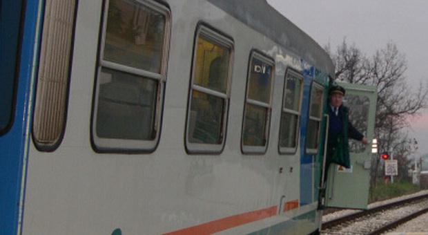 Un uomo travolto e ucciso dal treno: convoglio fermo, passeggeri fatti scendere