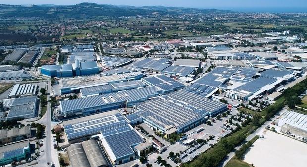I tetti dei capannoni industriali della Profilglass a Bellocchi